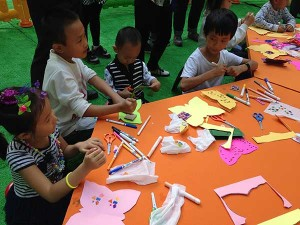 Relief printing and pop-up cards with children in Beijing